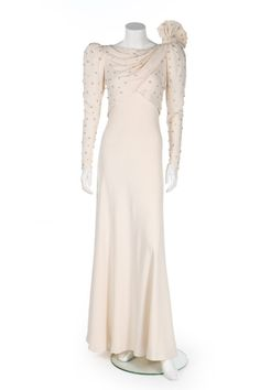 State banquet gown worn by Diana, Princess of Wales has sold at auction for more than Princess Diana Dresses, Princess Diana Photos, Princess Diana Fashion, Princess Of Wales, Lady Diana, Style Royal, Royal Clothing, Chiffon Dress Long, Diane