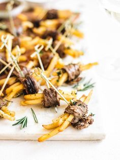 Mini Steak-Frites Hors D'oeuvres – College Housewife – Appetizers 2020 Steak Appetizers, Mini Appetizers, Wedding Appetizers, Easy Appetizer Recipes, Healthy Appetizers, Easy Hors D'oeuvres, Wedding Hors D'oeuvres, Fingerfood Party, Dinner Party Recipes