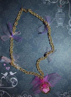 Dal letargo del cambio stagione vi presento una collana con pendente di cornice oro che racchiude al suo interno creazioni realizzate e dipinte a mano...con fiocchi di tulle....💜💗 #creation #fantasy #handmade #swarovski #strass #necklaces #tulle #collana #colcuore #paint #gold #pendants
