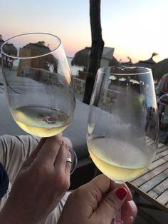 Die schönsten Restaurants mit Meerblick auf Mallorca - COOKIES FOR MY SOUL White Wine, Alcoholic Drinks, Restaurants, Glass, Food, Spain, Majorca, Nice Asses, Drinkware