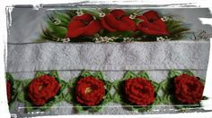 Toalha de rosto com pintura de antúrios e barrado em flor  de crochê...  https://www.facebook.com/catiartesnapk2014