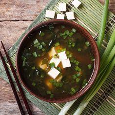 Misosuppe mit Wakame-Algen ist wärmend und kräftigen. kein Wunder, dass es die Suppe in Japan schon zum Frühstück gibt.