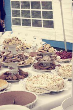kakkubuffet ja hauskat tarjoiluastiat