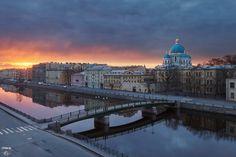 Красноармейский пешеходный мост, река Фонтанка, Троицкий собор, город, крыши
