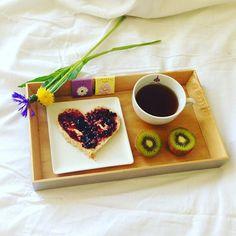 Le plaisir du dimanche ! Petit déj au lit !