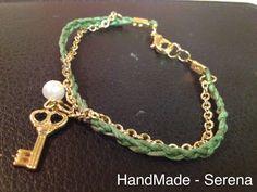 Braccialetto verde con catenina dorata e chiavetta dorata