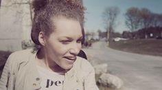 """Sjuttonåriga Natalie """"Nattis"""" Eriksson bor i en Stockholmsförort tillsammans med sina föräldrar och två syskon. Hon längtar efter att livet ska börja på allvar och låter inte det faktum att hon föddes med fysisk CP-skada som har lett till talsvårigheter och att hon sitter i rullstol påverka hennes drömmar eller ambitioner."""