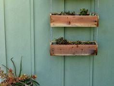 idée de bac a fleur en palette, des jardinieres superposées et reliées avec une chaîne, comment fabriquer une deco jardin exterieur