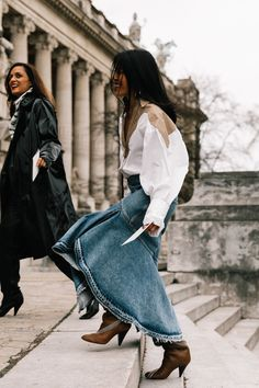 Here are the best street style looks seen at Paris Fashion Week, as captured by photographer Diego Anciano. Daily Fashion, 20s Fashion, Denim Fashion, Star Fashion, Fashion Women, Long Denim Skirt Outfit, Skirt Outfits, Denim Skirts, Sweater Outfits