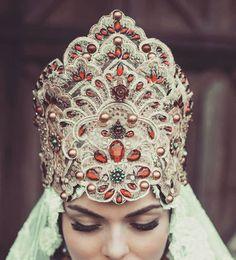 Russian crown in detail. #handmade #russian #folk #queen #costume #costumedesign #crown #costumedesigner #ewakepysphotography #ewakepys #luxuriaastaroth #jeziorskaleczycka