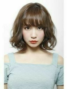 Korean Medium Hair 2020 Layered with Bangs Got curly or wavy shoulder-length hair? Add Korean Medium Hair 2020 layers so your curls are often Korean Medium Hair, Asian Short Hair, Asian Hair, Medium Hair Styles, Short Hair Styles, Hair Color Asian, Street Hairstyle, My Hairstyle, Hairstyles With Bangs