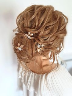 A low textured boho bun. This is a gorgeous curled style. #lowbun #messybun #curls #boho #bohobride #hairupideas #bridalhair