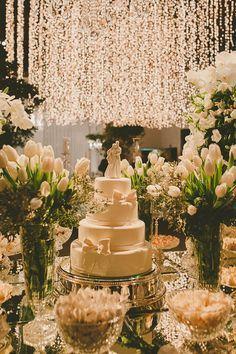 Bolo clássico de casamento - decoração branca e verde