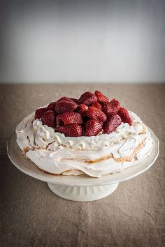 Elaboración paso a paso de una pavlova, pastel de merengue, nata montada y fruta fresca