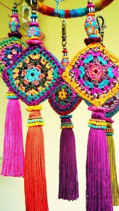 Crochet Inspiration: Granny squares look so cute in a little. - Crochet Inspiration: Granny squares look so cute in a little dream catcher! Crochet Inspiration: G - Crochet Diy, Crochet Motifs, Crochet Squares, Crochet Home, Love Crochet, Crochet Crafts, Yarn Crafts, Crochet Flowers, Crochet Projects