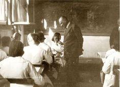 Atatürk, 19 Kasım 1937 de Kız Enstitu'sunu ziyaret ederken