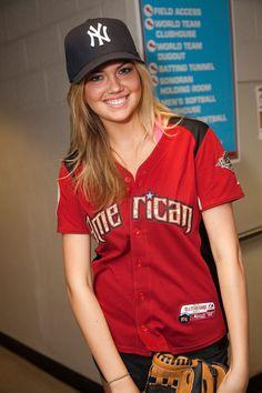 Vettri.Net - Kate Upton - 2011 Taco Bell All-Star Legends & Celebrity Softball Game - Photo 1