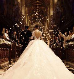 Buongiorno carissime amiche.Questa mattina pubblichiamo uno scatto del matrimonio fra Jay Chou ( musicista, cantante e attore taiwanese) e Hannah Quinlivan.Aspettiamo i vostri commenti sull'abito da sposa #matrimonio #sposi2015 #wedding #matrimoniopartystyle #scriviamoassiemelavostrafavola
