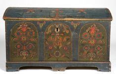 Kiste med buet lokk og sokkel. Lokk og front rosemalt. Innvendig umalt men med initialer i lokket og med leddik.