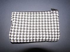 Small coin purse for your pocket change, paper money, charge cards, this cute little coin purse is padded. You can also use it for keeping rings and