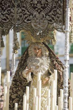Tarde de Viernes Santo. María Santísima de la O, camina por las calles de su ciudad, abandonando su barrio, Triana,