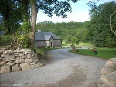 4 bedroom farmhouse in Carrick-on -Suir to rent from £451 pw. With log fire, TV and DVD.