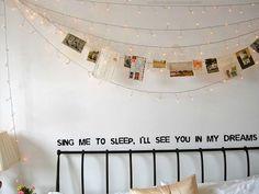 Dekoidee: Bilder mit Wäscheklammern an Lichterketten klemmen