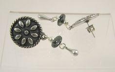 Boucles d'oreilles rondes pendantes fleur, coupelle en hématite, goutte en zamac : Boucles d'oreille par long-nathalie