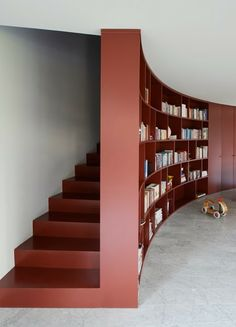 Amazing Curved Bookcase And Closet L-Shaped House Interior - love the use of space, an added sky light above the staircase would allow the space to feel open as well L Shaped House, Pantone 2015, Marsala Pantone, Turbulence Deco, Curved Walls, Modern Stairs, World Of Interiors, Staircase Design, Interior Stairs Design