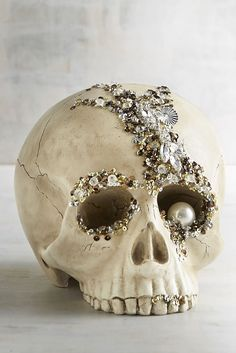 Bejeweled Skull Halloween Decor I love this idea. I'm going to have to shop all the after Halloween skull sales. Chic Halloween Decor, Fete Halloween, Halloween Skull, Holidays Halloween, Halloween Crafts, Halloween Halloween, Pirate Halloween Decorations, Trendy Halloween, Spooky Decor
