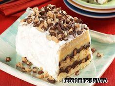 Pavê Ferrero Rocher INGREDIENTES . 1 caixa de biscoito champanhe (180 g) . 2 1/2 xícaras (chá) de leite . 4 colheres (sopa) de chocolate em pó . 2 ovos . 1 colher (sop a) de amido de milho . 1 lata de leite condensado . 16 bombons Ferrero Rocher® . 3 colheres (sopa) de açúcar . 1 lata de creme de leite