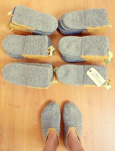 Free Knitting Pattern for Easy Cloud Slippers Knit Flat - Easy beginner slippers.Free Knitting Pattern for Easy Cloud Slippers Knit Flat - Easy begi Crochet Socks, Knitted Slippers, Slipper Socks, Knit Or Crochet, Knitting Socks, Single Crochet, Free Knitting, Crochet Gifts, Knit Slippers Free Pattern