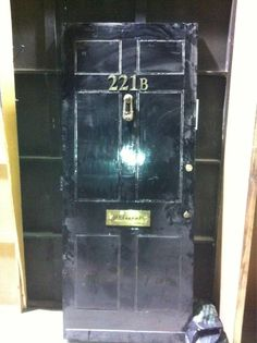 SHERLOCK 3 production | Who lives behind a door like this (sid/Twitter, 1 Mar 2013)