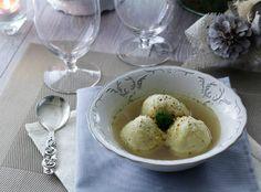 Lo gnocco di polenta in brodo è un piatto che ho mangiato tempo fa nel nord Italia e precisamente nel Veneto. In Veneto lo servono anche con del burro fuso
