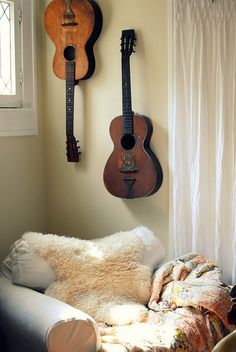 Love the hanging guitars. Guitar Room, Guitar Wall, Piano Room, Living Room Chairs, Home Living Room, Big Comfy Chair, Music Corner, Cosy Corner, Quites