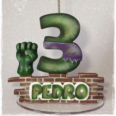 "35 curtidas, 3 comentários - Ju Firmo (@ju.firmo) no Instagram: ""Topinho - Incrível Hulk #artesdajufirmo #feitoamao #biscuit #porcelanafria #coldporcelain…"" Hulk Birthday Parties, Girl Birthday, Cupcake Toppers, Cupcake Cakes, Fondant Numbers, Hulk Party, Candle Centerpieces, Incredible Hulk, Cold Porcelain"