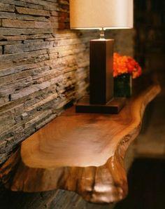 Estante colgante: podría tal vez hacerse uno con madera más delgada y delicada, acorde al color de la pared.