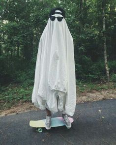 Image shared by Netta. Find images and videos about funny, grunge and aesthetic on We Heart It - the app to get lost in what you love. Flower Yellow, Aomine Kuroko, Sheet Ghost, Ghost Costume Sheet, Ghost Costumes, Ghost Photography, Halloween Photography, Creepy, Instagram Baddie
