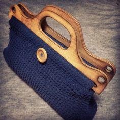青のモコモコした糸で編みました。木の持ち手がとてもいい雰囲気を出しています。サイズ 横40cm 縦29cm まち 7cm中に布を張ってありますので...|ハンドメイド、手作り、手仕事品の通販・販売・購入ならCreema。