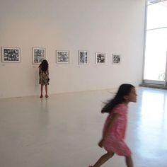 exposición fotográfica de Vivían Maier  . . .  #makeportraits #igpodium_portraits #folkportraits #vscoportraits #portrait #photooftheday #photographysouls  #oursecrethidden #visualsoflife #vscocam #vsco #livethelittlethings #lestgosomewhere #exploremore #exclusive_shot #splendid_reflections #livefolk #agameoftones#featurepalette #natureshots #artofvisuals #peopleinframe #photographyislifee #livethelittlethings#nothingisordinary#chile_360 #fotografoschile #hallazgosemanal#vivianmaier