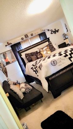French Interior Design For Apartment Living Bedroom Apartment, Home Bedroom, Room Decor Bedroom, Bedroom Ideas, Bedroom Inspo, Girl Bedroom Designs, Girls Bedroom, Dream Rooms, Dream Bedroom