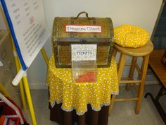 Photos, ideas & printable classroom decorations to help teachers plan & create an inviting bees themed classroom on a budget. Lots of free decor tips & pictures. New Classroom, Classroom Design, Classroom Displays, Classroom Themes, Classroom Organization, Classroom Management, School Themes, School Ideas, Bee Theme