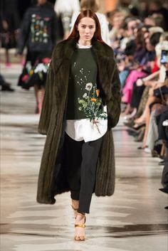 Guarda la sfilata di moda Oscar de la Renta a New York e scopri la collezione di abiti e accessori per la stagione Collezioni Autunno Inverno 2018-19.