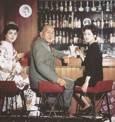 Ozu at the bar :  Okada Mariko and Tsukasa Yoko with Ozu, on the set of Late Autumn (1960).