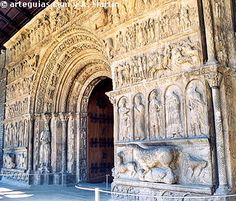 Puerta del Monasterio de Ripoll. Uno de los emblemas del Románico en Girona y Cataluña - Espanha
