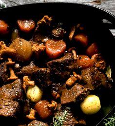 Utnyttja sommarens skörd av svamp i sådana här grytor. Enbären bygger upp den vilda smaken. Kokt potatis eller risotto med svamp är gott till. Swedish Recipes, Pot Roast, Chutney, Risotto, Stuffed Mushrooms, Healthy Eating, Meat, Fruit, Vegetables