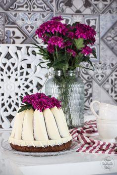 Bizcocho de chocolate blanco, almendra y curd de fresa