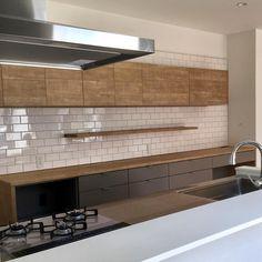 画像に含まれている可能性があるもの:キッチン、室内 Interior Design Living Room, Living Room Designs, Living Room Decor, Interior Decorating, Kitchen Dinning, Kitchen Decor, Modern Retro, Home Kitchens, House Design