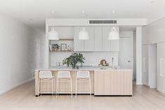 Cocina con isla y taburetes en blanco y madera New Kitchen, Kitchen Dining, Kitchen Decor, Kitchen Ideas, Grey Kitchen Designs, Design Kitchen, Ikea, Engineered Stone, Painting Kitchen Cabinets