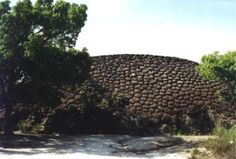 Casco de tartaruga. Sexta Cidade. Esta forma notabiliza-se pelas feições poligonais, cobertas por liquens. PARQUE NACIONAL SETE CIDADES, Piauí.